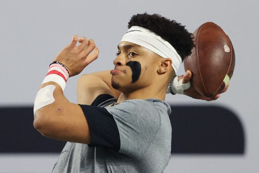 Justin Fields #1 of the Ohio State Buckeyes warms up. Mike Ehrmann/Getty Images/AFP