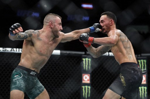 Alexander Volkanovski (L) punches UFC featherweight champion Max Holloway in their title fight during UFC 245. Steve Marcus/Getty Images/AFP